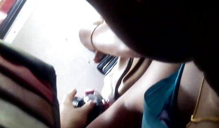 De hoer geeft een tattoo in een pijpbeurt aan de man. sex sm film