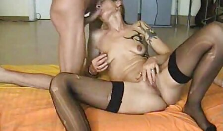 MILF die haar poesje bevredigt sex bondage film met masturbatie.