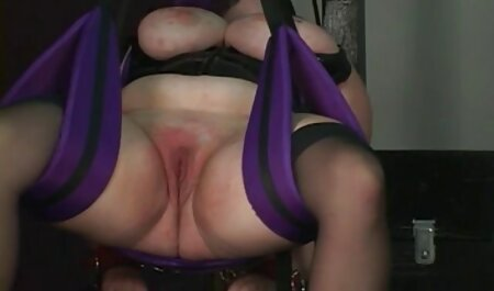 De slaaf gaf de vrouw een porno sm film penis om mee te spelen.