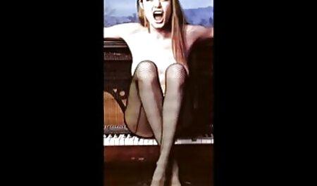 Een jong meisje pornofilm bondage met kleine borsten die de kwarktaart streelt.
