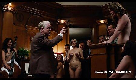 Siliconenblondje met sm seks filmpjes hoge laarzen gaf de man op de bank