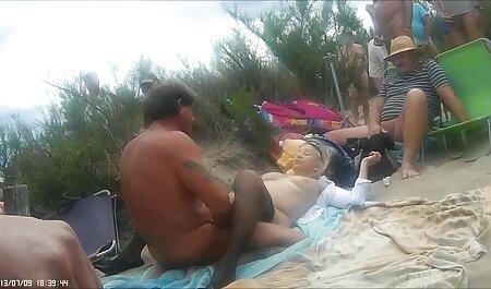 Het meisje lag op het zachte tapijt en de klootzak bdsm bondage film van een dildo in de vagina.