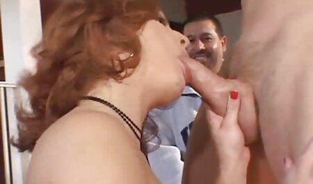 Wacht gratis bdsm sexfilm op de minnaar, dat meisje masturbeert haar vagina met de hulp van de dildo.