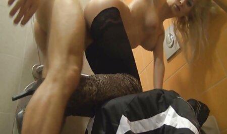 Een domina sex movie vrouw die oude man schoonmaakt geeft een wilde dronkaard