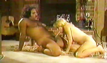 De flauwte duwde haar slipje naar de bdsm seksfilms zijkant en masturbeerde.