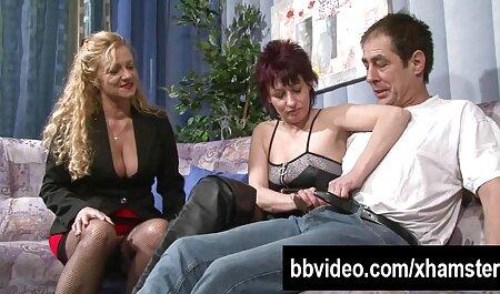De vrouw wijst naar de volgende buffer die groot is. bdsm sexfilmpjes