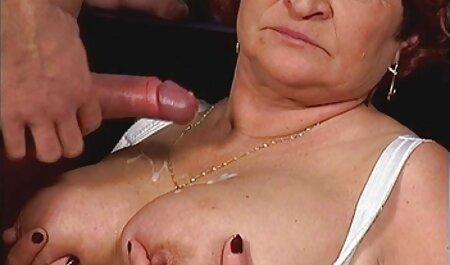 Babe steekt de penis van de minnaar in ritjes vagina erop film bdsm sex