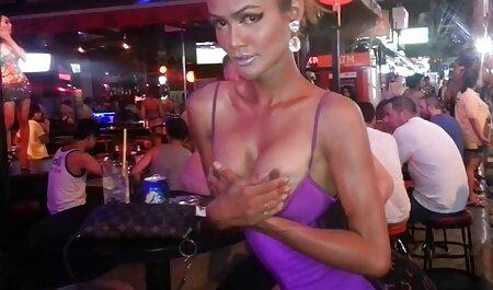 Een gebruinde sex sm film vrouw die het lichaam streelde dat nog steeds mooi was.