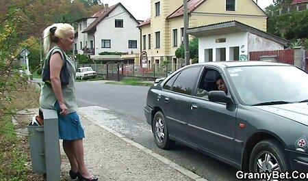 Blond in rode kousen likt vakkundig sex filmpjes bdsm een lid van de man van wie ze hield.