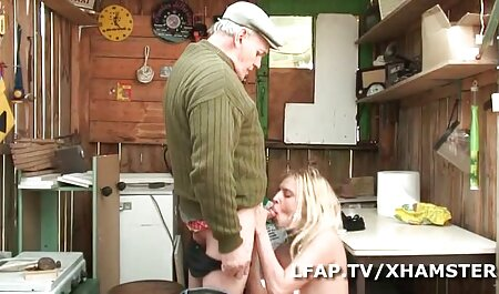 Mooie meid likt en eet een sexy brunette vagina sm seks filmpjes