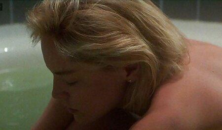 Een man die seks sex bondage film heeft met blonde schaaldieren.