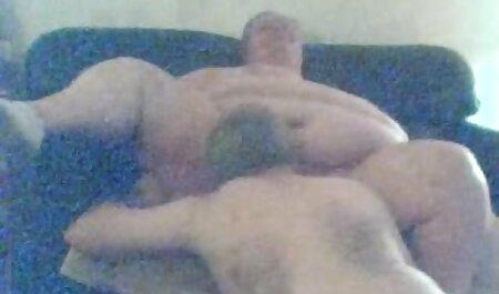 Een man pijpt jonge meisjes en komt op bondage soft porno zijn buik