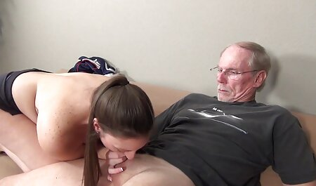 Man met grijs haar eindigt in de mond van de sm porno bondage vrouw die opent