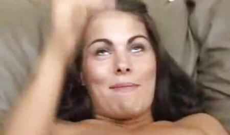 De sexy MILF begon haar zo harige kut te amuseren waar mensen bondage pornofilm bij waren.