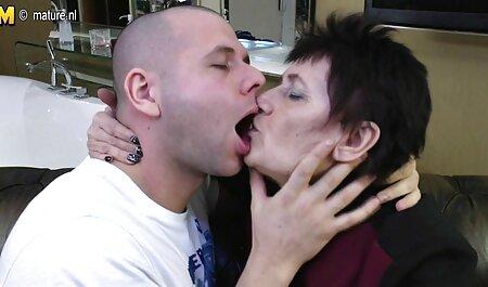 Tina brengt bdsm free films verschillende dingen in haar vagina.