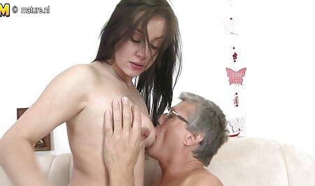 Die meid breidt zich uit met de buttplug geeft een man om met haar movie porn bdsm poesje te spelen
