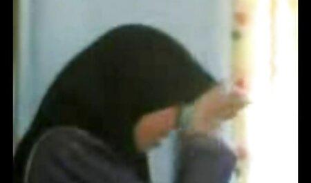 Een kinky vrouw die een lul pijpt en haar vinger porno sm bondage in haar man steekt voor de webcam.