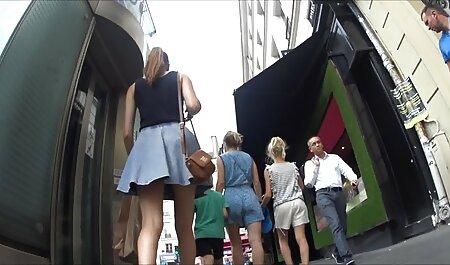 Een meisje in een gratis bdsm film korte rok vingers haar vagina met een dildo