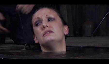 Het meisje met de dildo bdsm sexfilmpjes met één vinger geeft ecstasy aan de vagina.