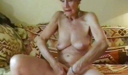Jong meisje dat poseert voor de camera in ondergoed. pornofilm bondage