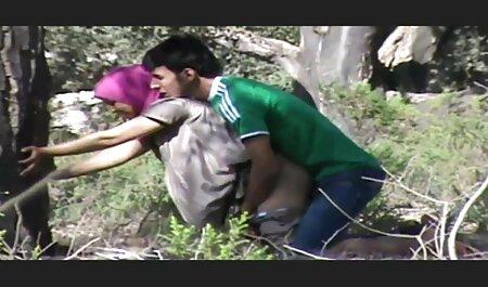 Een mager meisje gekleed in sexfilmpjes bdsm jeans om de positie van hahalnya op te geven.