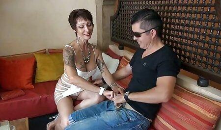 Oude vrouwen lieten seksspeeltjes zien voor BDSM spelletjes. bondage soft porno