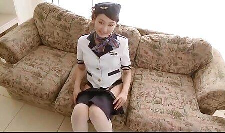 Langharige brunette schaamt zich niet om naakt bdsm seks film in het openbaar te lopen.