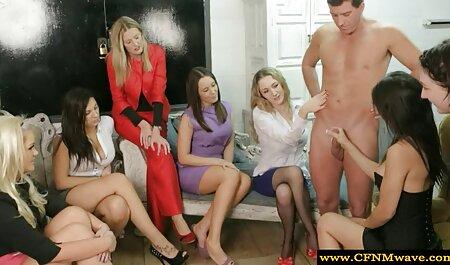 Een leuke roodharige die plezier heeft in bondage porno een privé gesprek.