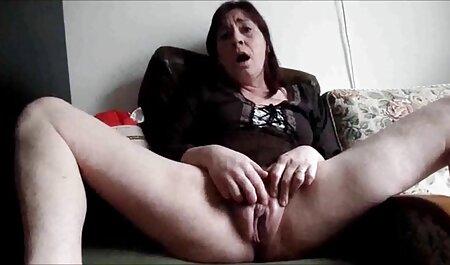 Jong meisje dat haar fallus aait liggend sexfilm sm op het bed
