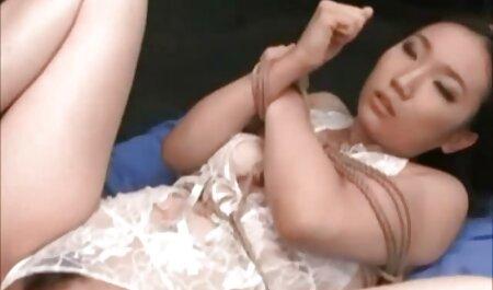 Vivienne kleedt zich uit en laat haar grote kont zien. bdsm film gratis