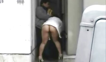 Zwart-wit babe blaast een MILF op de bdsm gratis filmpjes bank
