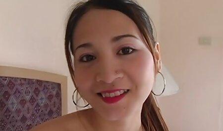 Krullend rood haar speelt actief met de harde bdsm films masseur na de massage.