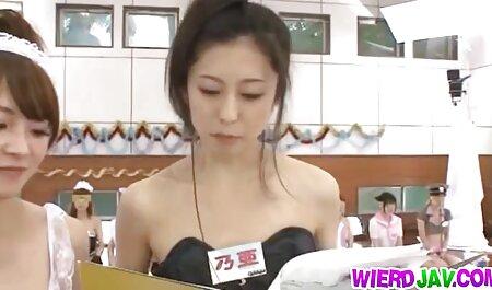 De mooie sm pornofilm brunette heeft penis in de salon van een Mexicaan.