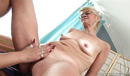 De brunette bevredigt een man en gratis porno sm komt naar haar borst.