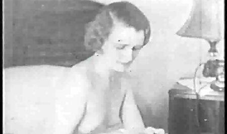 De lieve bdsm pornofilms jonge meid trekt haar jurk uit en duwt de dildo in haar strakke vagina.
