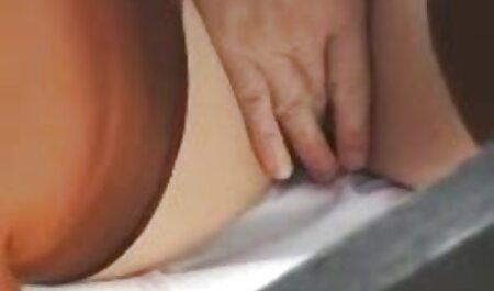 Een man met lang haar infuseert gratis sm porno zijn vriendin in een privé porno.