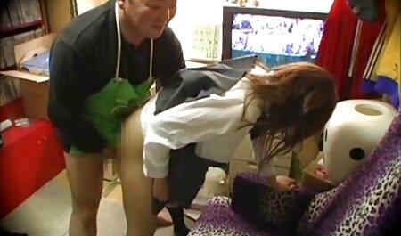 Een mager klein meisje sex filmpjes bdsm dat naakt voor de camera poseert.