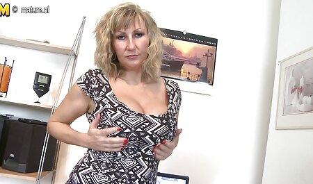 Een heel mooi meisje toont bdsm pornofilms handjobnya