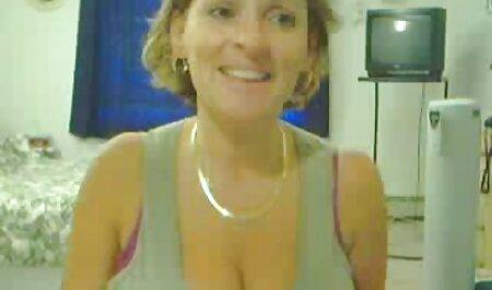 Sexy meid in bikini die bdsm bondage film kontknuffel firma geeft