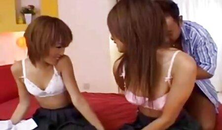 Een mooi Aziatisch meisje die keiharde sm films een pijpbeurt geeft door een gat in de muur.