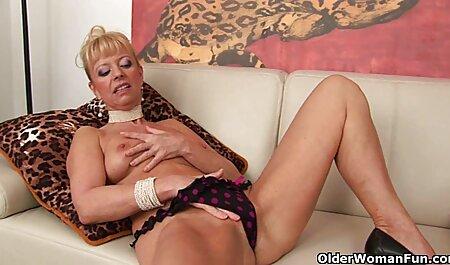 Jongeman die mama ' s vagina likt. sex bondage film