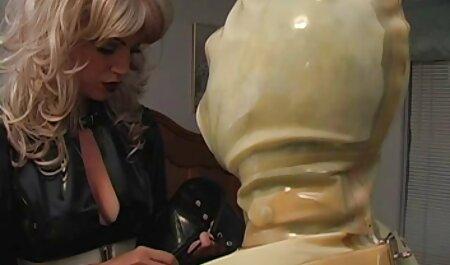 Een bdsm free films meisje betast een man in een jurk en een lafaard melkt