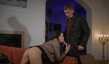 Natasha heeft een wild extreme bdsm films orgasme met een dildo.