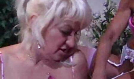 Het meisje ging zitten om te rusten en zette een slavin ' s voet in haar sm pornofilm gezicht.