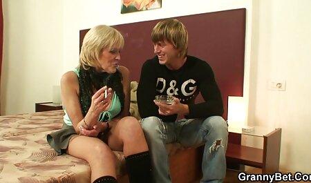 Jonge dikke meisjes masturberen enthousiast sm pornofilms buiten met een dildo.