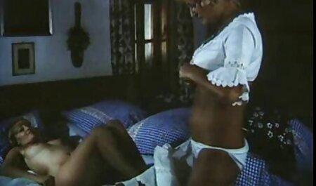 Russische Chabold met glazen die sexfilmpjes bdsm dildo in de vagina stoppen.